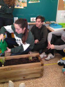 2n de batxiller i 2n d'infantil comparteixen el projecte d'un hortet a pasteres