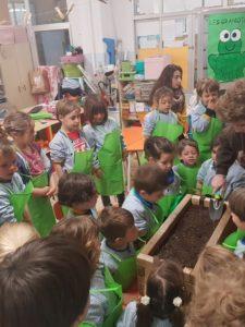 2n de batxiller i 2n d'infantil comparteixen el projecte d'un hortet a pasteres (part II)