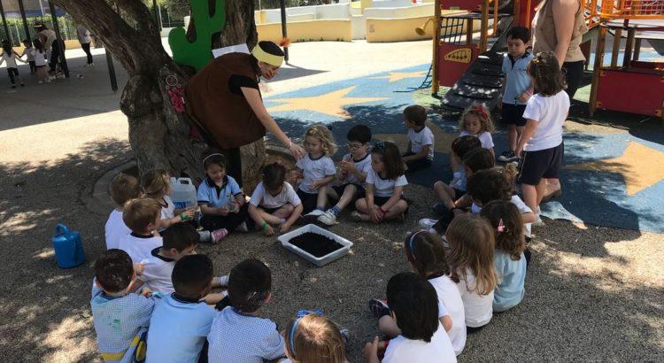 Alumnes de cicles realitzen activitats amb alumnes de 1r d'infantil
