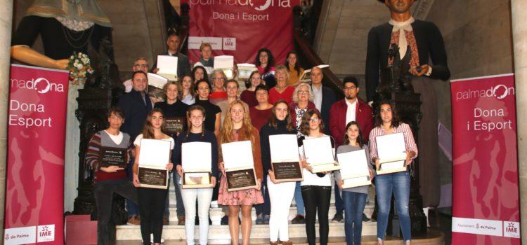Claudia Núñez Lladó i Martina Manresa Malberti, unes campiones homenatjades per Cort